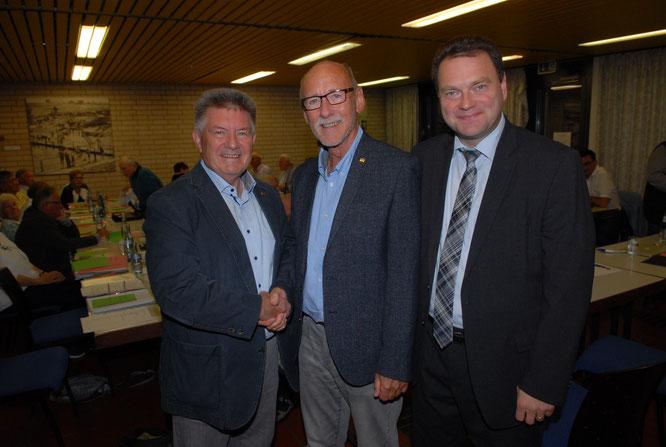 Neuer Kreisvorsitzender der Senioren Union Saarbrücken-Land ist Manfred Paschwitz. Manfred Mauer (links) Landesvorsitzender der Senioren Union und der Stellvertretende CDU Landesvorsitzende Michael Adam gratulieren  dem neuen Kreisvorsitzenden.