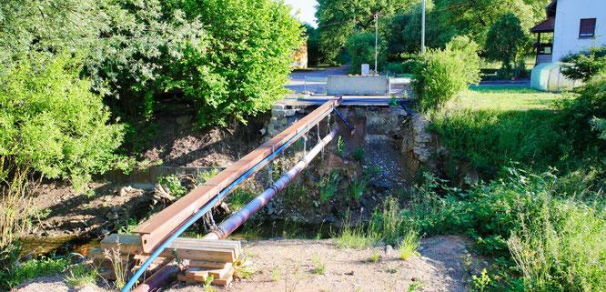Die Brücke in der Eduard-Mörike-Straße in Bliesransbach wurde vor mehr als einem Jahr bei einem Unwetter zerstört. Seit dem sind Menschen quasi von Bliesransbach abgeschnitten und stinksauer.