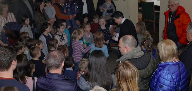 Anja Pfaff und die Kinder in der Vorbereitung auf den Hexentanz.