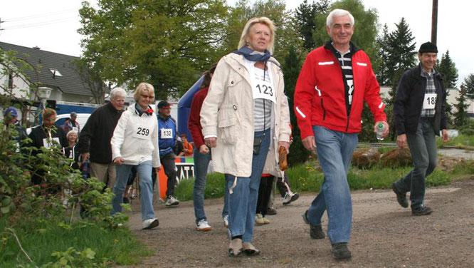 Mit Frau Annie im Jahr 2009 beim Nordic Walking der Elterninitiative in Sitterswald.