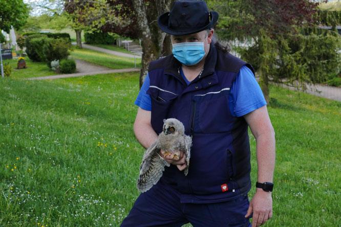 Jörg Langer vom Tiernotruf Saarland rief die Feuerwehr zur Hilfe und brachte die kleine Eule zu einer Falknerin nach Völklingen.