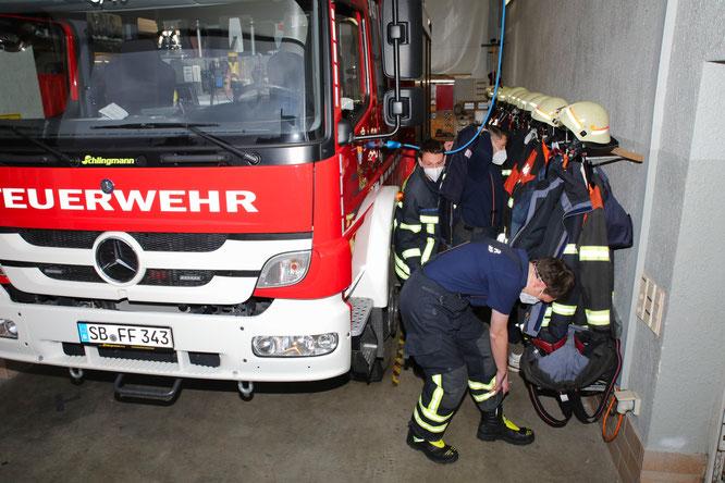 Bei Einsätzen müssen sich die Feuerwehrleute 80 Zentimeter neben dem laufenden Löschfahrzeug umziehen.