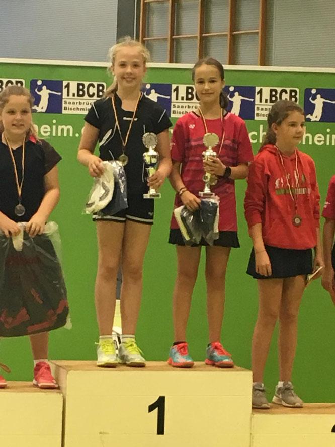 Carina und Paula Hess bei der Siegerehrung im Mädchendoppel. Foto: Katja Karmann