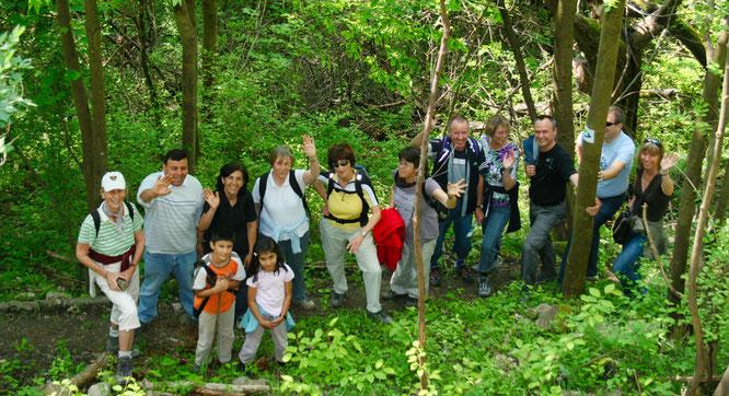 Eine Wandergruppe bei der Eröffnung des Premium Wanderweges im Jahr 2009.