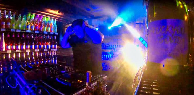 DJ Philipp Schmitt gibt in der Hexennacht alles.