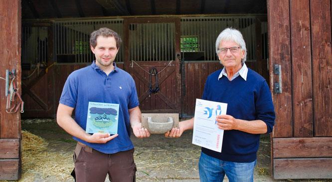 Gregor Meersschaut (Chef des Bübinger Hofes, links) erhielt von Axel Hagedorn (Vorsitzender NABU-Ortsgruppe Fechingen-Kleinblittersdorf) die Auszeichnung zum schwalbenfreundlichen Haus und ein Rauchschwalbennest für seine Ställe.