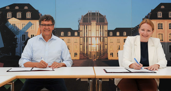 Ministerin Christine Streichert-Clivot und Regionalverbandsdirektor Peter Gillo unterzeichnen den Zuwendungsvertrag. Foto: Stephan Hett (Regionalverband Saarbrücken)