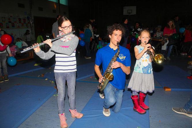 Auf dem 13. Kinder-Kissen-Konzert hatten viele Kinder und ehemalige Kinder großen Spaß beim Musizieren. Von links: Clara Hemmer, Daniel Bur und Isabel Kränkel.