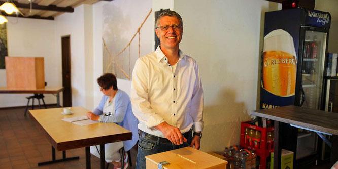 Bürgermeister-Kandidat Rainer Lang (SPD) hat seinen Stimmzettel schon eingeworfen.