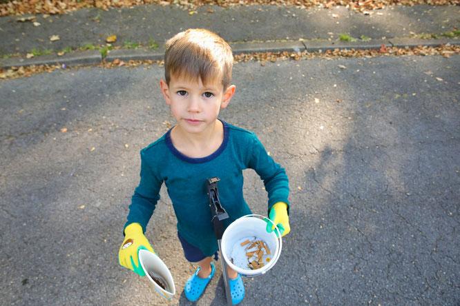Der fünfjährige Adrian Doberstein sammelte Zigarettenkippen und hatte dabei viel Spaß.