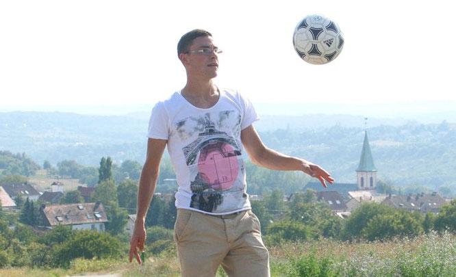 Jonas Hector immer mit Ball. Im Hintergrund seine Heimat Auersmacher.