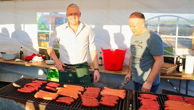Jochen Brandstetter (links) und Frank Dincher gaben als Rostwurstbräter wie im vergangenen Jahr alles.
