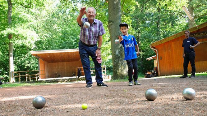 Die zwei und viele weitere Boule-Spieler freuen sich jeden Dienstag und jeden Freitag auf das Training am Waldhaus in Sitterswald.