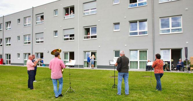 Das Noetzel-Trio und seine Freunde spielten bereits das zweite Mal für die Bewohner der Brüder.