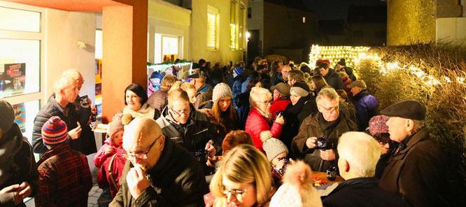 Etwa 100 Menschen kamen am vergangenen Mittwoch zum 19. Adventskalender-Fenster in den Katholischen Kindergarten nach Auersmacher.
