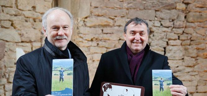 Stephan Strichertz (links), der Bürgermeister der Gemeinde Kleinblittersdorf und Theophil Gallo, der Landrat des Saarpfalz-Kreises fanden den Biosphäre-Kuchen spitze