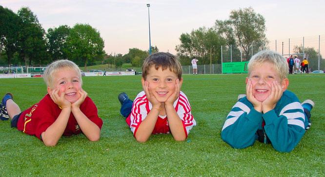 Im Jahr 2003 freuten sich (von links) Marius Schley, Paolo Valentini und Lars Birster über den neuen Kunstrasen des SC Blies.