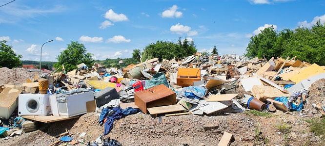 In Bliesransbach haben die Bewohner einen Müllberg außerhalb des Ortes angelegt.
