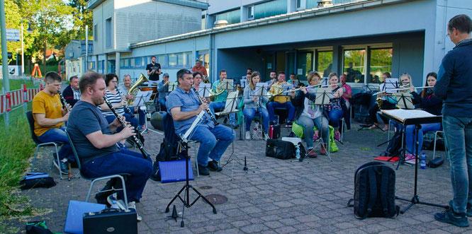 Das große Saar-Wind-Orchestra hat in dieser Woche vor der Mehrzweckhalle in Rilchingen-Hanweiler wieder mit den Proben angefangen,