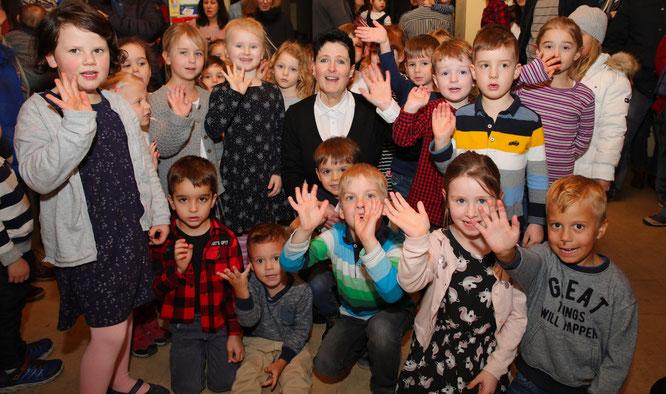 Anja Pfaff und ein Teil der Kinder der musikalischen Früherziehung der Musikschule Obere Saar.