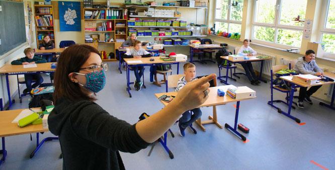 Lehrerin und Schüler der vierten Klasse in Auersmacher.