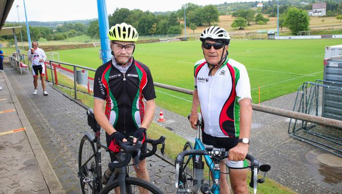 Bernhard Altmeyer (links) und Manfred Busch kamen mit dem Rad aus Gresaubach.
