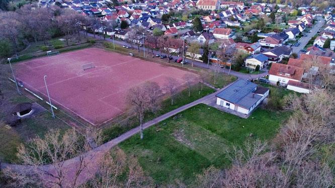 Auf der grünen Wiese neben Sportplatz und Clubheim wird in Sitterswald ein Mehrgenerationen-Platz gebaut. Foto: Heiko Lehmann