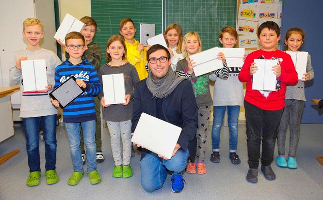 Die Kinder der Saar-Blies-Grundschule in Auersmacher bekommen ab sofort zwei Stunden pro Woche Unterricht in digitaler Form. Schulleiter Thomas Steimer (vorne) ist ein großer Fan dieser Lehrmethode.