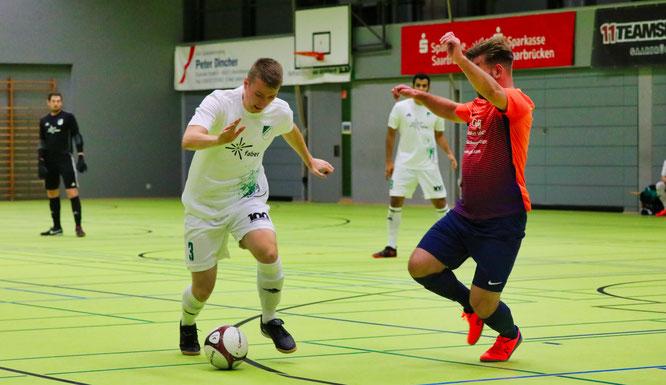 Jonas Philipp vom SV Auersmacher im Zweikampf mit einem Spieler des SC Ludwigsthal.