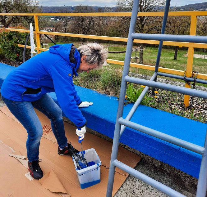 Die Sitzflächen neben dem Schwimmerbecken erstrahlen in neuem blau.