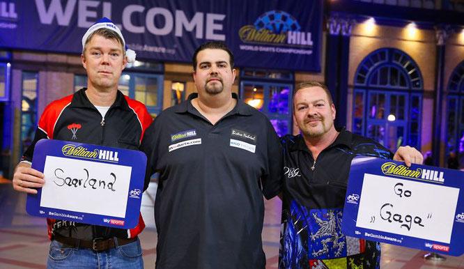 Nach seinem WM-Auftaktsieg nahm sich der Saarländer Gabriel Clemens (Bildmitte) noch die Zeit und begrüßte seine beiden Freunde und Fans Peter Hoffmann (links) und Patrik Welsch aus Rilchingen-Hanweiler.