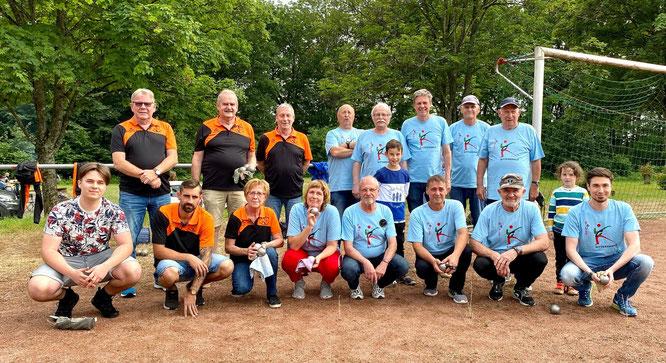 Die Boule-KG (blaue T-Shirts) haben ihr erstes Ligaspiel gewonnen.