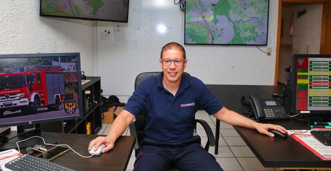 Dominik Gummel in der Technischen Einsatzleitung der Feuerwehr Kleinblittersdorf. Er hat die Kommandozentrale in einen Hightech-Raum verwandelt.