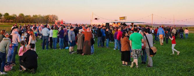 Zwischen 700 und 800 Menschen waren am Nachmittag beim Osterfeuer.
