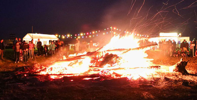Als es dunkel wurde versammelten sich die Menschen um das Osterfeuer.