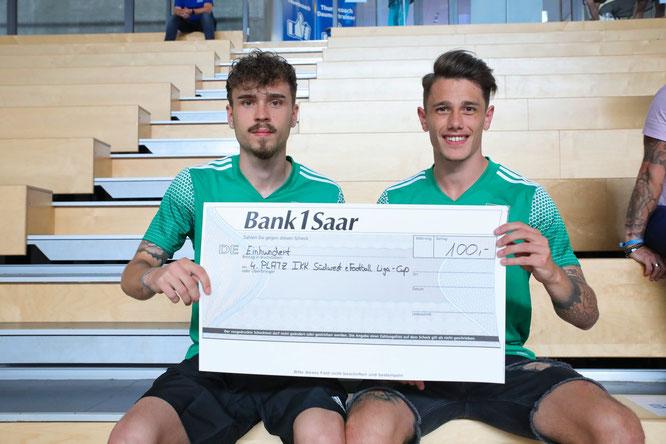 Jan Luca Rebmann (links) und Philipp Wunn vom SV Auersmacher belegten beim IKK Südwest eLiga Cup des Saarländischen Fußballverbandes.