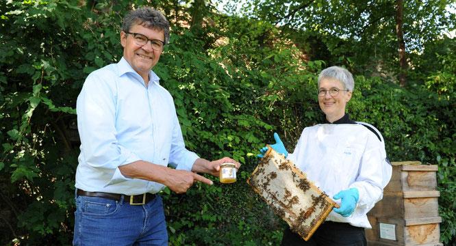 Regionalverbandsdirektor Peter Gillo und Imkerin Dr. Susanne Meuser statten den fleißigen Schlossbienen einen Besuch ab.