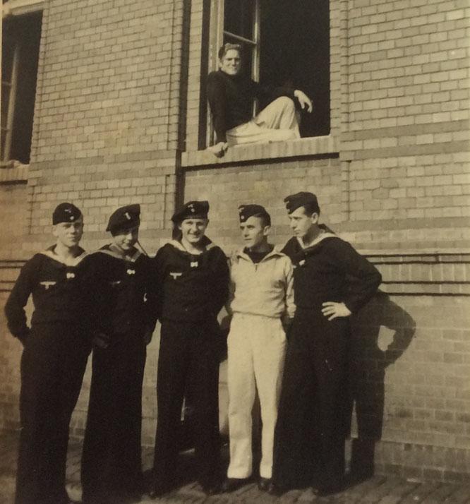 Albert Wolf (weiß) mit Marine-Kameraden vor einem Verwaltungsgebäude in Brest.