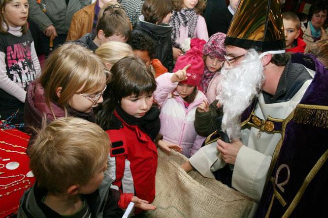 Auf dem Weihnachtsmarkt bei den Brüdern kommt in jedem Jahr der Nikolaus für die Kinder.