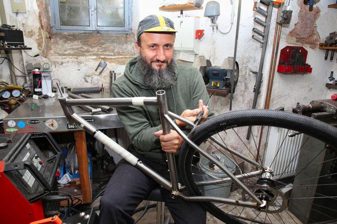 Mathias Scherer aus Kleinblittersdorf baut Fahrradteile und komplette Räder in Handarbeit und verkauft sie in die ganze Welt.