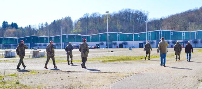 Gesundheitsamtleiter Alexander Birk und Vertreter der Bundeswehr und der Kassenärztlichen Vereinigung prüfen die Eignung des Messegeländes für die Einrichtung einer Drive-In-Teststation.