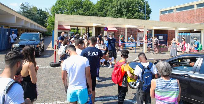Auch am Sonntag herrschte am Eingang vor dem Totobad in Saarbrücken noch großer Andrang.