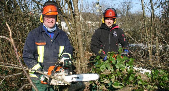 Peter Dausend (links) und Christian Hoffstetter bei Rodungsarbeiten für das neue Gerätehaus.
