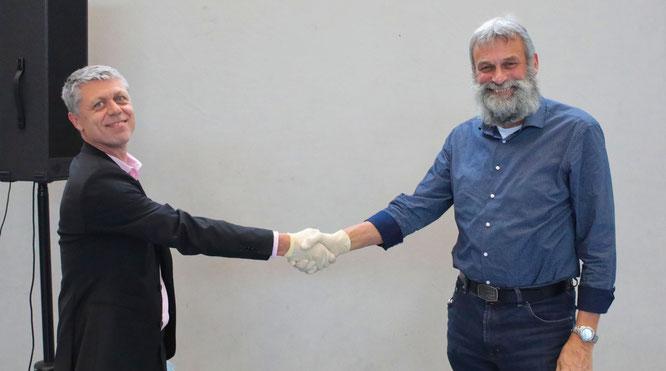 Bürgermeister Rainer Lang (links) begrüßte Karl-Peter Fuhr als neues Mitglied des Kleinblittersdorfer Gemeinderates.