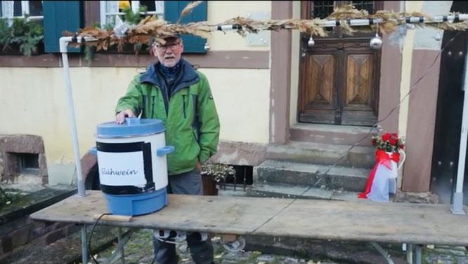 Manfred Paschwitz hat vor dem Heimatmuseum in Auersmacher schon mal den Glühweinstand aufgebaut.