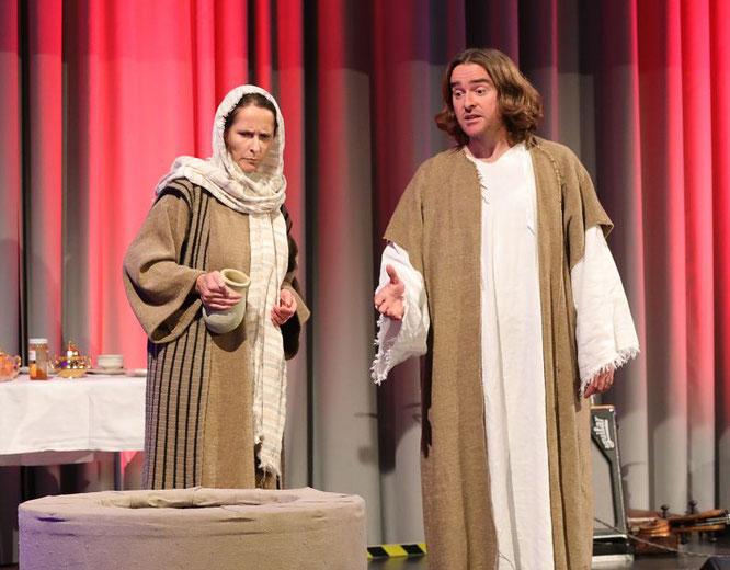 Kirsten Doods und Alexander Lang in der Brunnenszene der Passionsspiele.