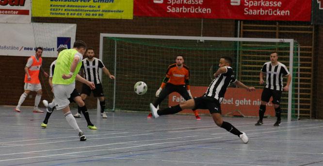 Lars Anton, der spielende Torhüter des SV Saar 05 erzielte einige Tore von der Mittellinie aus.
