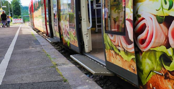Der Außenbahnsteig wird erneuert, um einen höhengleichen Einsteig in die Bahn zu gewährleisten
