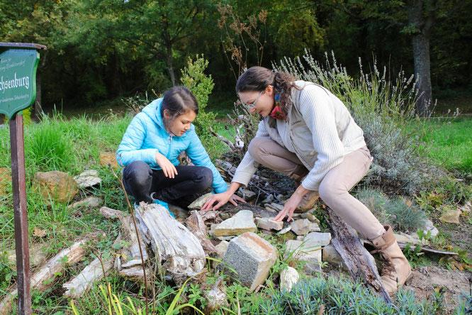 Rania Katte und Rebekka Nadig an der Eidechsenburg.