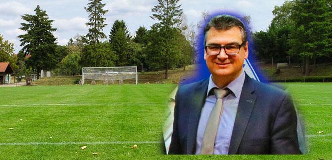 Fotomontage: Adrian Zöhler und im Hintergrund symbolisch das Saar-Blies-Stadion in Auersmacher.